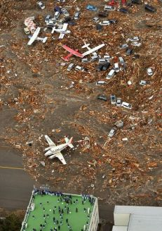 japan-tsunami-earthquake-hits-northeast-airplanes_33137_600x450